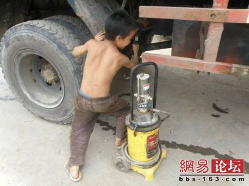 chinese boy worker01 500x374 Chinese boy working as a tire repair worker