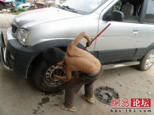 chinese boy worker02 500x374 Chinese boy working as a tire repair worker