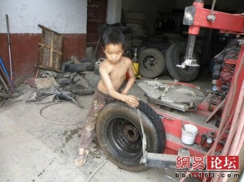 chinese boy worker03 500x374 Chinese boy working as a tire repair worker