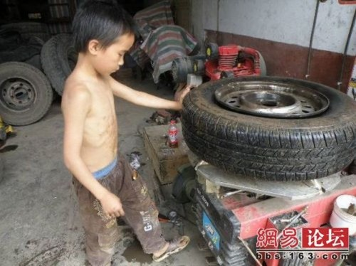chinese boy worker04 500x374 Chinese boy working as a tire repair worker