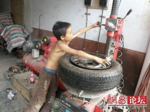 chinese boy worker05 500x374 Chinese boy working as a tire repair worker