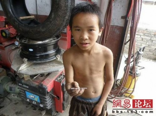chinese boy worker06 500x374 Chinese boy working as a tire repair worker