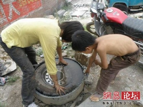 chinese boy worker07 500x374 Chinese boy working as a tire repair worker