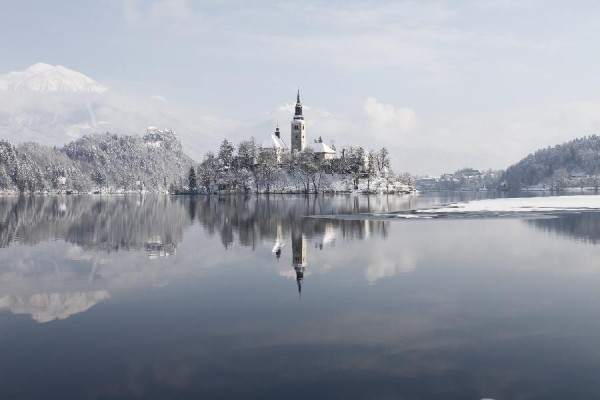 lake bled01 600x400 Breathtaking winter scenery on glacial Lake Bled in Slovenia