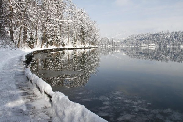 lake bled03 600x400 Breathtaking winter scenery on glacial Lake Bled in Slovenia